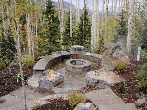 The large boulders create a more natural, rugged look for this mountainside firepit.