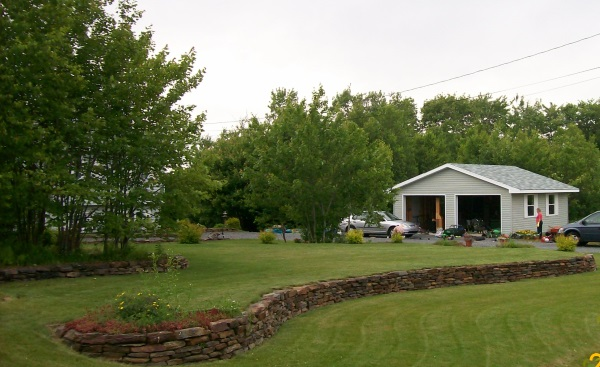 2 long ironstone walls create different levels in this front yard.