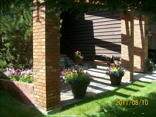 A flagstone patio in this small courtyard entrance makes a great little sitting area for morning coffee.