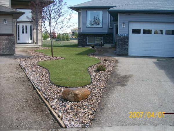 Driveway landscaping photos 2 for Edging to keep mulch off sidewalk