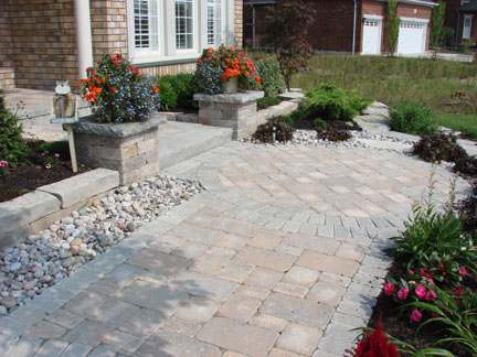 Formal front walkway with a nice circle pattern where the turn into the house is made.